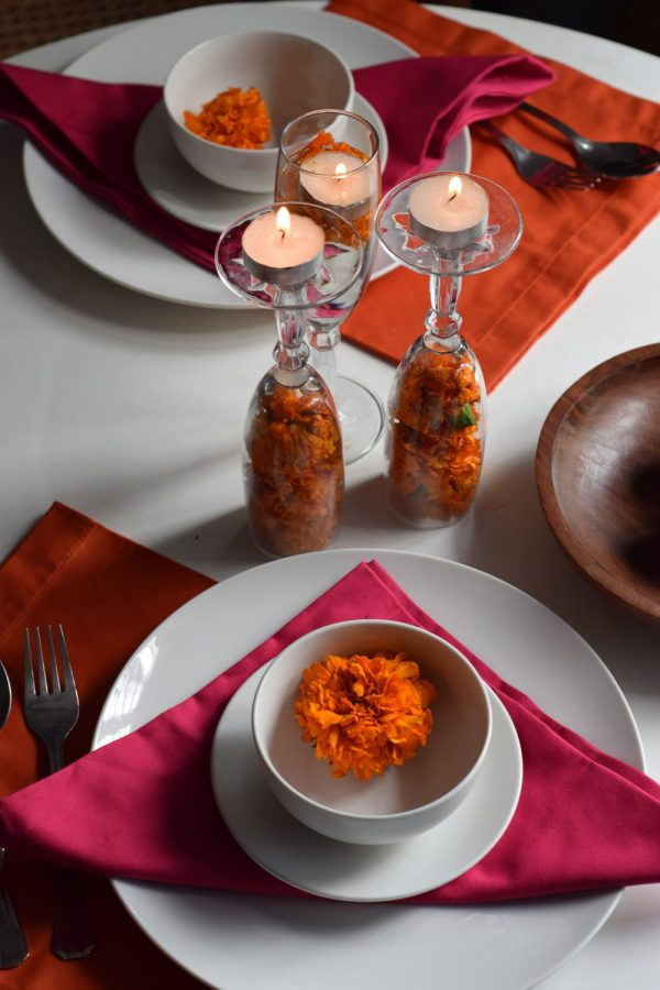 A festival table for two with the ever so popular combination orange and pink. Some marigolds and tlight candles to complete the look.